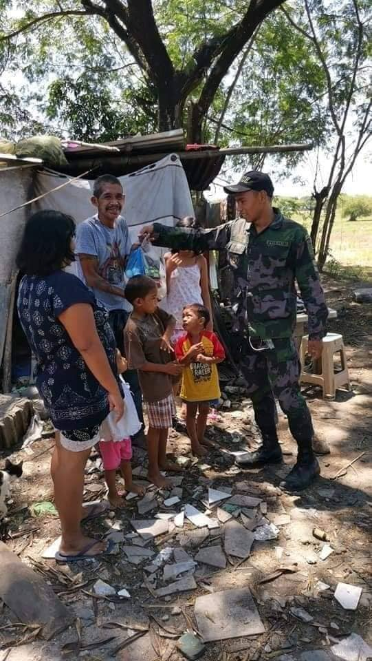 policeman buys relief goods